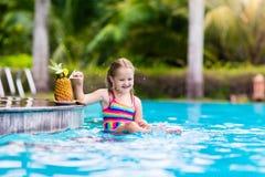 Suco bebendo da criança na barra da piscina Fotos de Stock Royalty Free