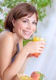 Suco bebendo da mulher bonita Fotografia de Stock Royalty Free