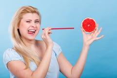 Suco bebendo da mulher do fruto, toranja vermelha imagens de stock royalty free