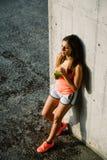Suco bebendo e descanso da desintoxicação da jovem mulher desportiva relaxado foto de stock