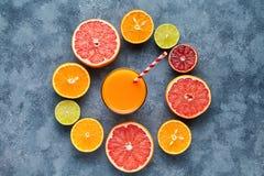 Suco com citrinos, toranja no fundo azul Vista superior, foco seletivo Desintoxicação, fazendo dieta, comer limpo imagens de stock