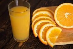 Suco com laranja cortada Fotos de Stock