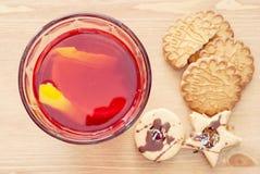 Suco com limão e cookies fotografia de stock royalty free