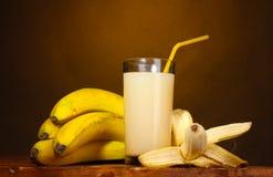 Suco da banana com bananas Fotografia de Stock Royalty Free
