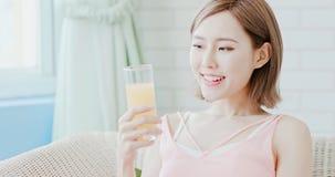 Suco da bebida da mulher imagens de stock royalty free