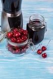 Suco da cereja com vidro das bagas fotografia de stock royalty free