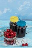 Suco da cereja com vidro das bagas imagens de stock