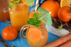 Suco da laranja e de cenoura em uns jarros imagens de stock royalty free