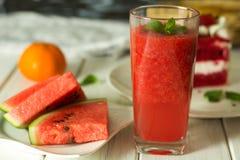 Suco da melancia girado na tabela foto de stock royalty free