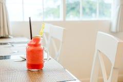 Suco da melancia no vidro clássico Imagem de Stock