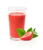 Suco da morango com as morangos no fundo branco Foto de Stock