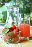 Suco da morango e morangos frescas Fotos de Stock