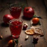 Suco da romã com romã e frutos secados em uma tabela de madeira Estilo country fotos de stock royalty free