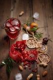 Suco da romã com romã e frutos secados em uma tabela de madeira Estilo country imagem de stock royalty free