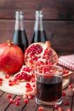 Suco da romã com frutos frescos Foto de Stock