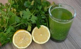 Suco da salsa e de limão para lubrificar o calore Fotografia de Stock Royalty Free