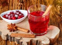 Suco de airela fresco A compota Bebida quente do Natal das bagas com anis da canela e de estrela Imagem de Stock Royalty Free