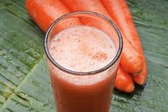 Suco de cenoura de refrescamento saudável Fotos de Stock Royalty Free
