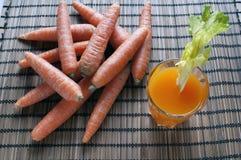 Suco de cenoura espremido fresco Imagens de Stock
