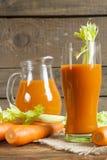 Suco de cenoura fresco com cenouras e aipo Imagens de Stock Royalty Free