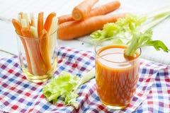 Suco de cenoura fresco com cenouras e aipo Fotos de Stock