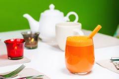 Suco de cenoura no vidro Fotografia de Stock