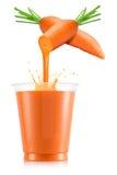 Suco de cenoura que derrama para fora do fruto no copo plástico imagem de stock royalty free