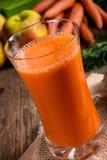 Suco de cenoura recentemente espremido Fotos de Stock