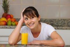 Suco de fruta bebendo da mulher Imagem de Stock