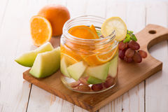 Suco de fruta fresco do verão mistura Flavored fruto da água com laranja, Imagens de Stock Royalty Free