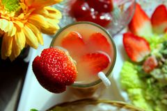 Suco de fruta mixa refrigerado da morango Fotos de Stock Royalty Free