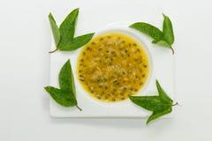 Suco de fruto da paixão decorado com folhas verdes fotografia de stock
