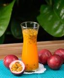 Suco de fruto da paixão isolado no fundo foto de stock royalty free
