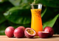 Suco de fruto da paixão isolado no fundo foto de stock