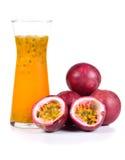 Suco de fruto da paixão isolado no fundo branco fotos de stock royalty free
