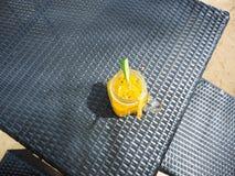 Suco de fruto da paixão no vidro com fatias de cal na tabela, bebidas do rafrescamento, frio e fresco foto de stock royalty free