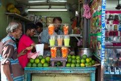Suco de fruto de compra do homem local do vendedor ambulante Fotografia de Stock