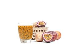 Suco de fruto fresco da paixão com fatia dos frutos de paixão Fotos de Stock Royalty Free