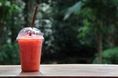 Suco de fruto no vidro plástico fotos de stock royalty free