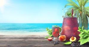 Suco de fruto de refrescamento na praia tropical, fundo do verão ilustração stock