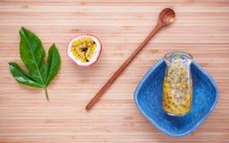 Suco de frutos fresco da paixão na garrafa no fundo de bambu Juic imagem de stock royalty free