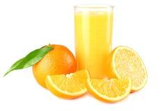 Suco de laranja com a folha alaranjada e verde isolada no fundo branco suco no vidro Fotos de Stock Royalty Free