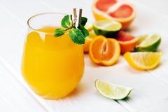 Suco de laranja com o citrino no fundo de madeira Foto de Stock
