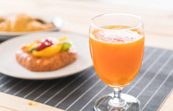 suco de laranja com o croissant dos espinafres e os frutos misturados dinamarqueses Foto de Stock