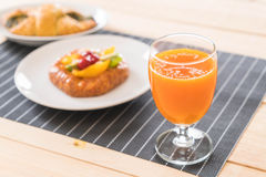 suco de laranja com o croissant dos espinafres e os frutos misturados dinamarqueses Foto de Stock Royalty Free