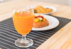 suco de laranja com o croissant dos espinafres e os frutos misturados dinamarqueses Imagens de Stock Royalty Free