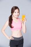 Suco de laranja da bebida da moça Foto de Stock
