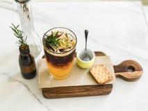 Suco de laranja da mistura do café de gelo na placa de madeira foto de stock royalty free