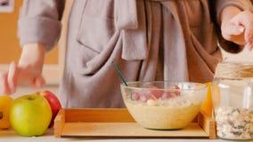 Suco de laranja do muesli das uvas da mulher do café da manhã da desintoxicação filme