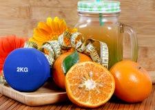 Suco de laranja e aptidão foto de stock